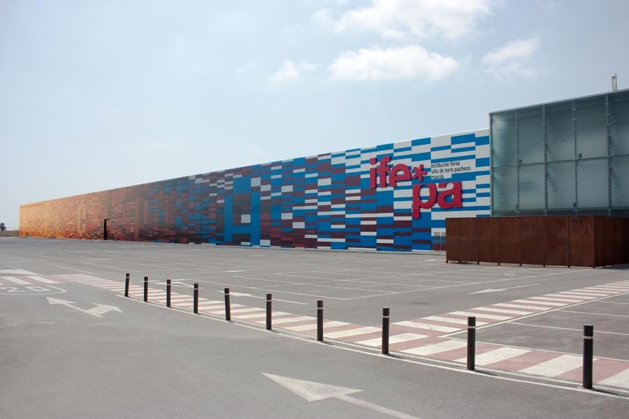 Parking, fachada y acceso a Ifepa