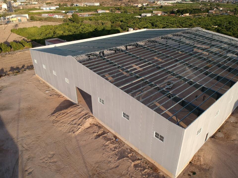 Estructura de cubierta con pórticos de acero