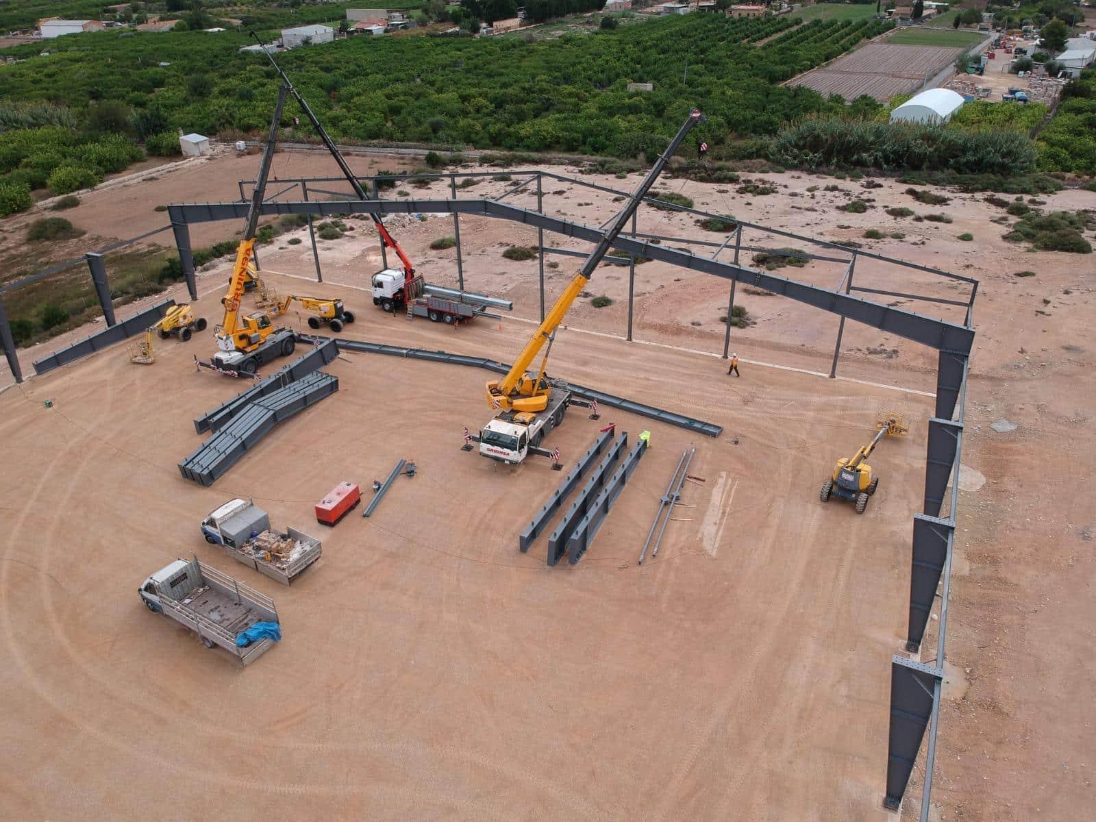 Colocación de pilares para estructura de acero mediante grúas