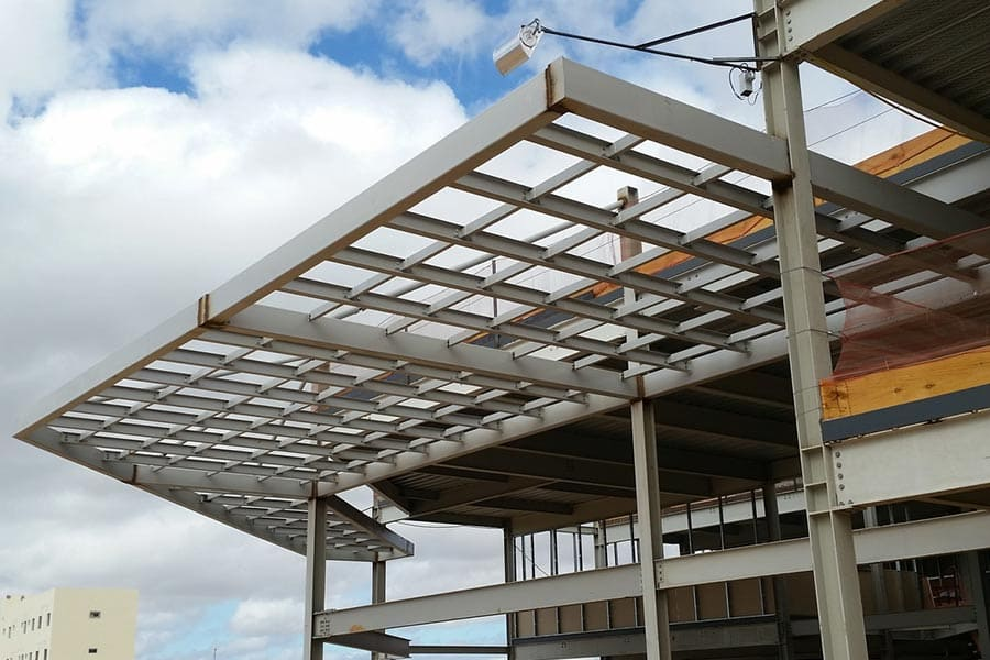 Estructura mátálica para voladizo en edificio
